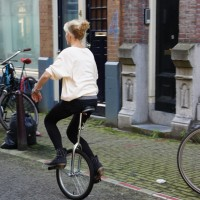 Girls on unicycles, Jordaan