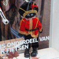Zwarte Piet in the Giant bicycle store window