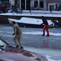 Enthusiastic race on the frozen Prinsengracht canal.