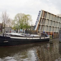 Houseboat passing under the Muiderstraat / Plantage Middenlaan bridge