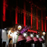 JantjesVerjaardag building on Reguliersbreestraat underlit with red lights